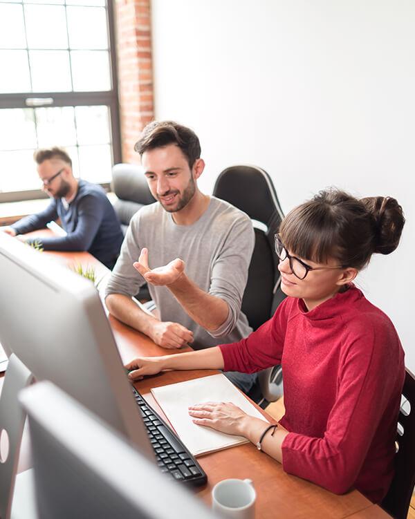 Un grupo pequeño trabajando con ordenadores