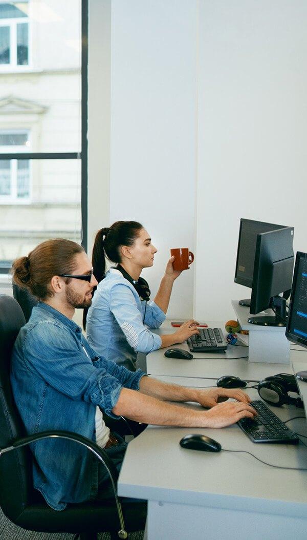 Varias personas trabajando en un ordenador